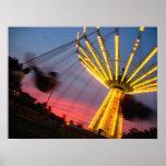 Paseo del carnaval en la puesta del sol impresiones