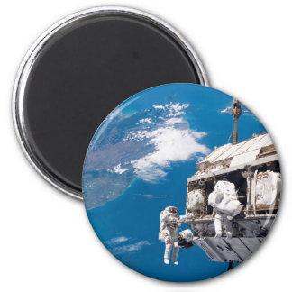 Paseo del espacio del astronauta sobre la tierra imanes de nevera