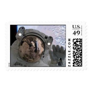 Paseo del espacio del astronauta sobre la tierra sello