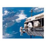 Paseo del espacio del astronauta sobre la tierra postal