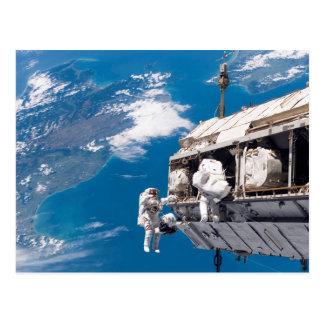 Paseo del espacio del astronauta sobre la tierra tarjeta postal