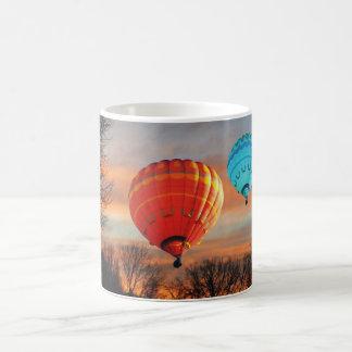 Paseo del globo de la salida del sol taza de café