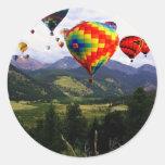 Paseo del globo del aire caliente en los Rockies Etiqueta Redonda