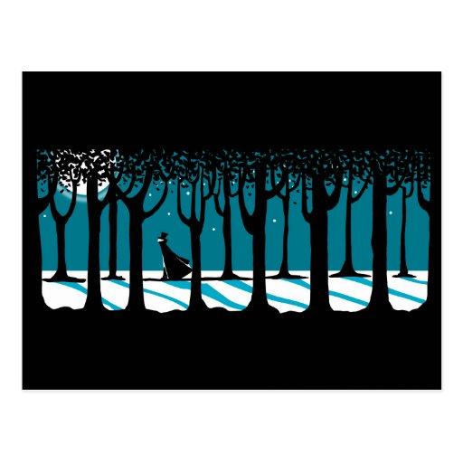Paseo del invierno en maderas iluminadas por la lu postal