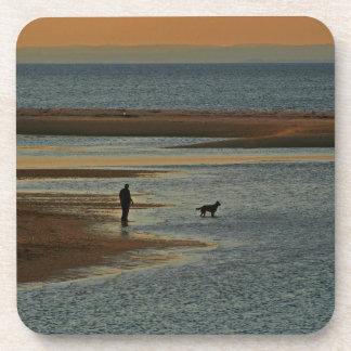 Paseo del perro de la puesta del sol posavasos de bebidas
