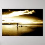 paseo del perro de la puesta del sol poster