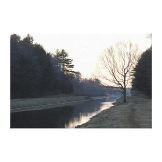 Paseo del río, árbol del invierno impresión en lienzo estirada
