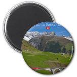 Paseo del tren a través de las montañas suizas iman