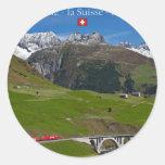 Paseo del tren a través de las montañas suizas pegatina redonda