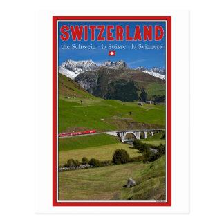 Paseo del tren a través de las montañas suizas postal