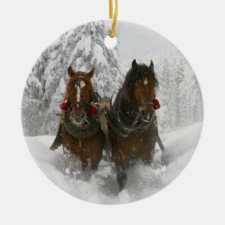 Paseo del trineo adorno navideño redondo de cerámica