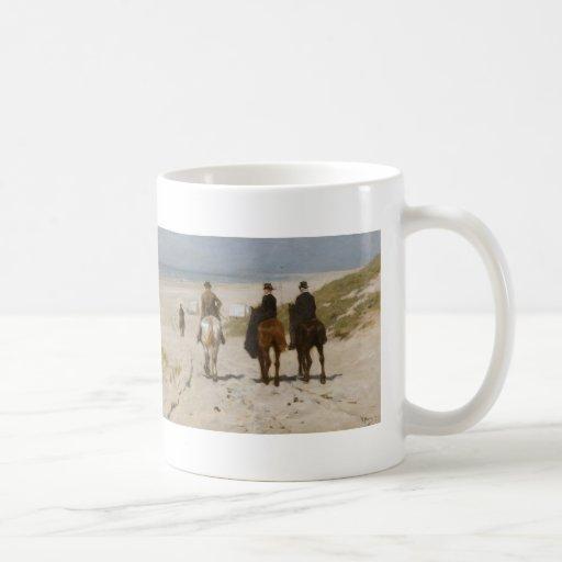 Paseo en la playa - color de malva de la mañana de taza de café