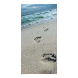 Paseo en la playa - huellas en la arena tarjeta fotográfica personalizada