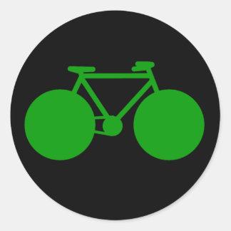 paseo encendido. actitud verde de la bicicleta pegatina redonda