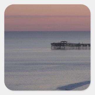 Paseo marítimo de la luz de la noche de la playa calcomanía cuadradas personalizada
