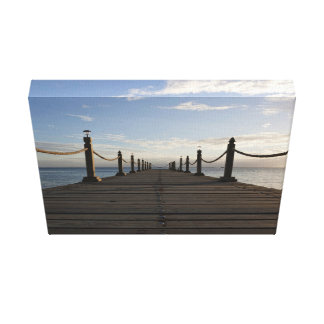 Paseo marítimo de madera en un día azul claro impresiones en lona