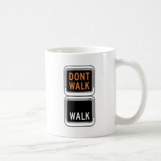 Paseo - no camina la placa de calle taza básica blanca