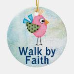 paseo por el pájaro caprichoso de la fe adorno redondo de cerámica