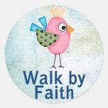 paseo por el pájaro caprichoso de la fe pegatina redonda