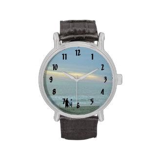 Paseo romántico a lo largo de la playa relojes de pulsera