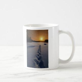 Paseo solo de la nieve taza de café