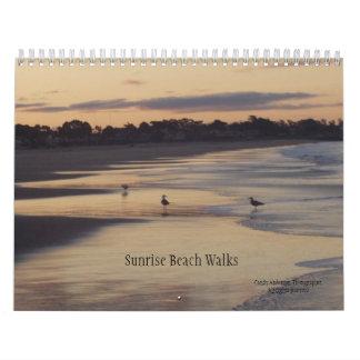 Paseos de la playa de la salida del sol calendario de pared