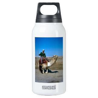 Paseos del camello en él mar muerto botella isotérmica de agua