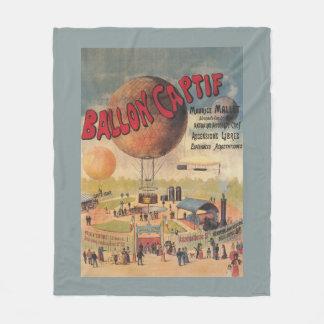 Paseos del globo prisionero en un poster de la manta de forro polar