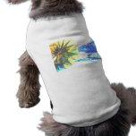 Paseos enfocados amarillos y azules en el extracto camiseta de perro