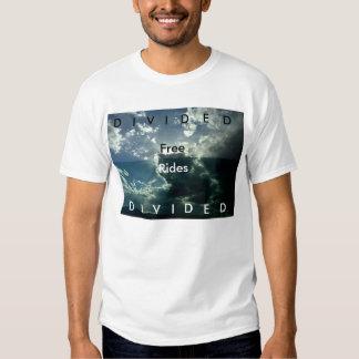 Pases gratises divididos sobre camiseta dividida polera