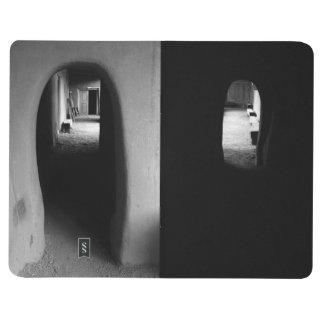 Pasillo de Adobe: Fotos blancos y negros Cuadernos Grapados