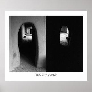 Pasillo de Adobe: Fotos blancos y negros Póster