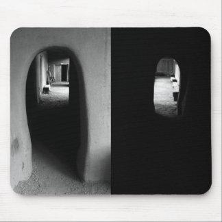 Pasillo de Adobe: Fotos blancos y negros Tapete De Ratones