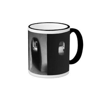 Pasillo de Adobe: Fotos blancos y negros Tazas