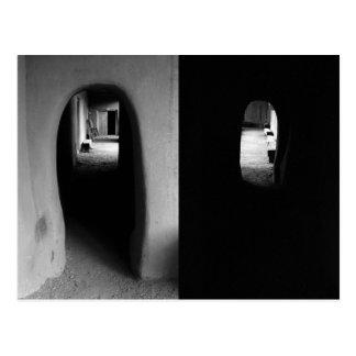 Pasillo de Adobe: Postal blanco y negro de las