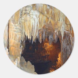 Pasillo de la escena mística de la cueva de las pegatina redonda