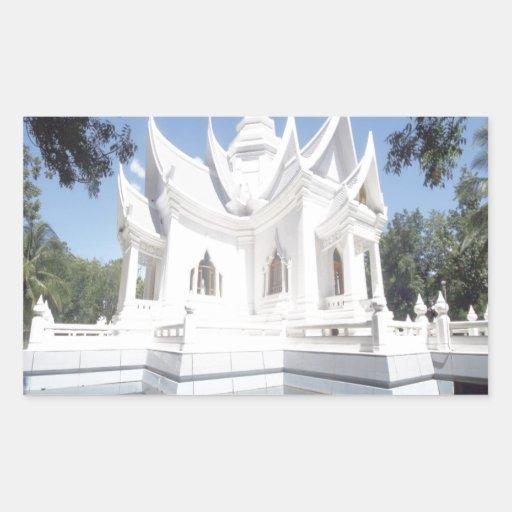 pasillo de la meditación bajo luz del día pegatina rectangular