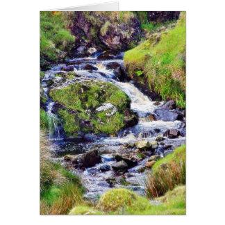 Paso de Glengesh en musgo del agua de los arroyos Felicitaciones