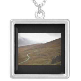 Paso de Healy, carretera con curvas en Irlanda Collar Plateado