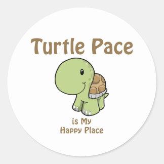 Paso de la tortuga - lugar feliz pegatina redonda