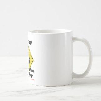 Paso de peatones de la precaución taza de café