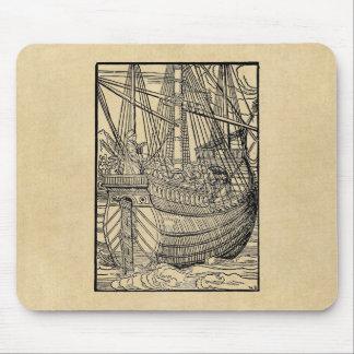 Paso en un buque mercante mouse pads