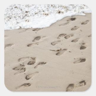 Pasos confusos en la arena pegatinas cuadradases