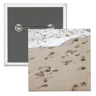 Pasos confusos en la arena pin cuadrada 5 cm