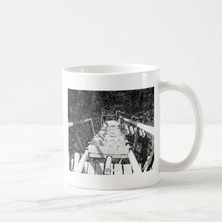 Pasos de madera que bajan de una atalaya taza de café