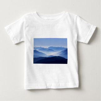 Pasos de montaña en nubes y niebla playera de bebé