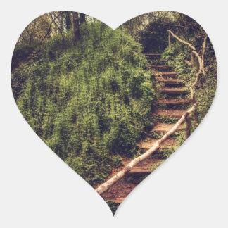 Pasos del bosque calcomania corazon