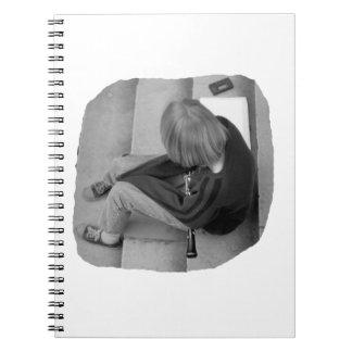 Pasos del jugador del chica del Clarinet con el si Note Book
