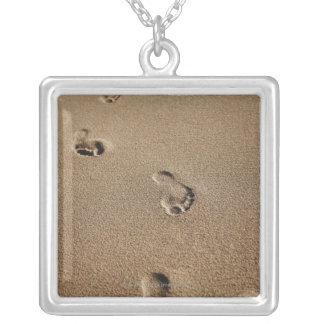 Pasos del pie en arena colgante