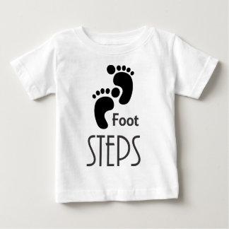 Pasos del pie playera de bebé